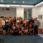 Wspólne zdjęcie studentów i członków komisji