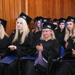 Studenci w togach w trakcie uroczystości