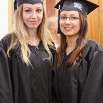 Dwie studentki w togach i biretach