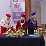 Stół prezydialny, od lewej rektor prof. Michał Woźniak, Kanclerz mgr Zofia Kozioł, dziekan dr Renata Smoleń
