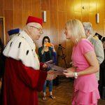 Anna Pieczarka przyjmuje medal Bene Merito z rąk rektora prof. Michała Woźniaka
