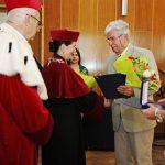 Prof. Władysław Błasiak przyjmuje medal Bene MErito z rąk kanclerz mgr Zofii Kozioł