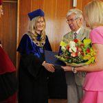 Dziekan gratuluje prof. Błasiakowi u Annie Pieczarce