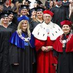 Zdjęcie grupowe studentów z władzami uczelni