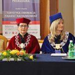 Kanclerz mgr Zofia Kozioł i dziekan dr Renata Smoleń siedzą przy stole prezydialnym