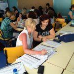 Uczetnicy spotkania podczas pracy w grupach, wśród nich mgr Beata Kupiec