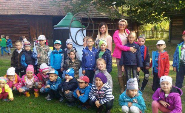 Grupa przedszkolaków z opiekunami - zdjęcie grupowe