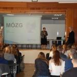 Kanclerz MWSE Zofia Kozioł wita przybyłych uczniów i nauczycili tarnowskich szkół średnich na wykładzie Prof. W. Błasiaka