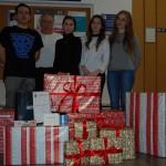 Grupa pięciorga studentów reprezentujący RUSS, przed nimi zapakowane w ozdobny papier prezenty
