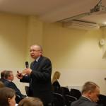 Dr Bogusław Wójcik z mikrofonem podczas prelekcji