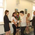 Członkowie komisji gratulują studentom