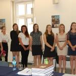 Studentki stoją w sali egzaminacyjnej - ogłoszenie wyników
