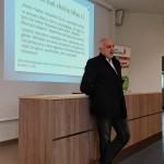 Mediator dr D. Dąbek podczas prelekcji