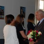 Rektor prof. Michał Woźniak gratuluje studentkom