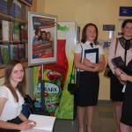 Studentki RiZF przed obroną - korytarz przed aulą (ul. Szeroka 9)