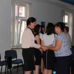Dr Sabina Kurzawa składa gratulacje studentom