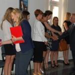 Członkowie komisji gratulują nowym magistrom