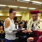 Absolwentka Aneta Olszewska odbiera Medal brązowy