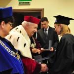Absolwentka odbiera dyplom