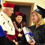 Najlepsza Absolwentka MWSE 2017 roku odbiera nagrodę