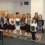 Grupa studentek po zdanym egzaminie dyplomowym, w grupie członkowie komisji egzaminacyjnej: dr Renata Smoleń, dr Sabina Kurzawa, ks prof. Jacek Siewiora