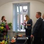 Dr Renata Smoleń ogłasza wyniki egzaminu, obok stoją członkowie komisji prof. Jacek Siewiora i prof. Janusz Morbitzer