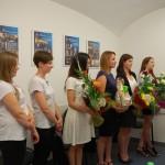 Ogłoszenie wyników, grupa studentek z bukietami kwiatów