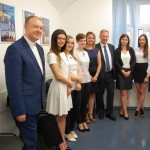 Studenci po egzaminie - zdjęcie grupowe z członkami komisji: ks. prof. Jackiem Siewiorą, prof. Januszem Morbitzerem i dr Renatą Smoleń