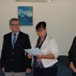 Dr Sabina Kurzawa ogłasza wyniki egzaminu dyplomowego, po lewej dr Kazimierz Barwacz, po prawej dr Janusz Ząbek