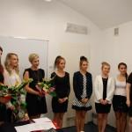 Grupa studentek podczas ogłoszenia wyników