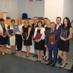 Zdjęcie grupowe po egzaminie, w grupie stoją członkowie komisji egzaminacyjnej: dr janusz Ząbek, dr Kazimierz barwacz i dr Sabina kurzawa