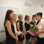 Dr Sabina Kurzawa gratuluje studentkom