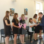 Ks. prof. Jacek Siewiora gratuluje studentom