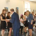 Ks. prof. Jacek Siewiora, dr Renata Smoleń i dr Sabina Kurzawa gratulują studentom