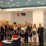 Zdjęcie grupowe po egzaminie dyplomowym. W grupie członkowie komisji egzaminacyjnej: prof. Leszek Kozioł, dr Renata Smoleń, dr Krzysztof Leśniak