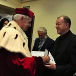 Ks. prof. dr hab. Siewiora odbiera złoty Medal Bene Merito
