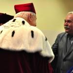 Wiesław Boduszek przyjmuje gratulacje od Pana Rektora