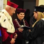 Wyróżniona Absolwentka odbiera nagrodę