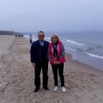 Pracownicy Katedry Zarządzania prof. zw. dr hab. Leszek Kozioł i mgr Karolina Chrabąszcz-Sarad na plaży w Sopocie