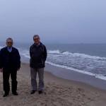 Prof. dr hab. Leszek Kozioł i dr inż Kazimierz Barwacz na plaży w Sopocie