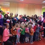 Uczestnicy spotkania wraz z grupą dzieci - zdjęcie grupowe