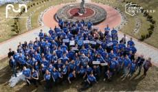 Grupa uczestników Forum w jednakowych niebieskich koszulkach w parku - zdjęcie z góry
