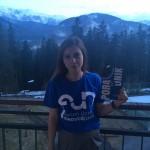 Gabriela Januś - studentka MWSE pozuje w koszulce z logo forum - w tle góry
