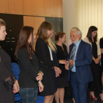 Prof. Jan Rajmund Paśko gratuluje studentom