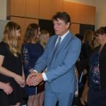 Czlonkowie komisji egzaminacyjnej gratulują studentom, na pierwszym planie dr Mirosław Cholewiński