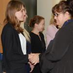 Dr Sabina Kurzawa gratuluje studentom
