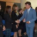 Dr Mirosław Cholewiński gratuluje studentom