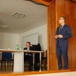 Prelegent podczas wystąpienia