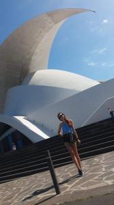 Studentka pozuje przed nowoczesnym budynkiem