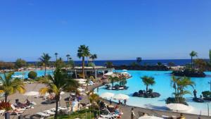 Teneryfa - widok na baseny hotelowe i morze